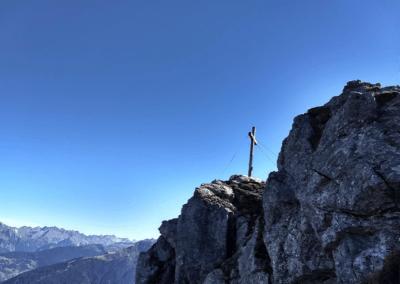Zicht op het topkruis van de Mittagspitze