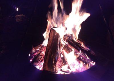 vuurschaal met een heftig brandend vuur erop