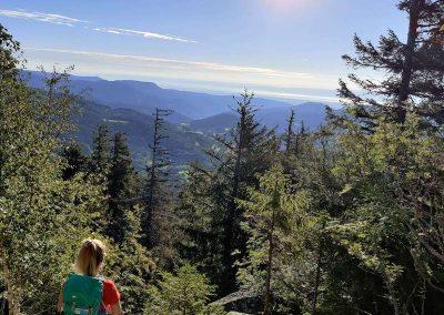 Vrouw kijkt uit over de heuvels in de Ardennen