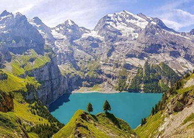 Aquablauw bergmeer dat afsteekt tegen de bergen die er omheen liggen